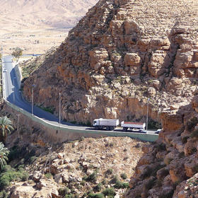 A vital highway for western Libya climbs the escarpment from Arab-populated plains to the ethnic Amazigh city of Nalut. Libyan civic leaders, supported by USIP, are working to end years of conflict between the two locales. (Anchishkyn/CC License 3.0)