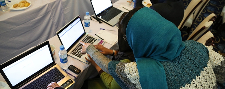 Kabul Pilot Workshop-During Practice: Female trainer is directing the trainees about making social media account on facebook. Photo Credit: Flickr/Impassion Afghanistan