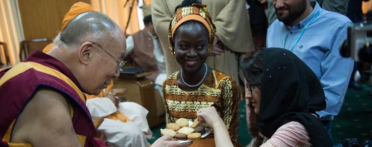 Y.M. Dalai Lama Ke-14 membagikan kue kepada para pemimpin muda perdamaian di Dharamsala, India, pada 3 Mei 2016.