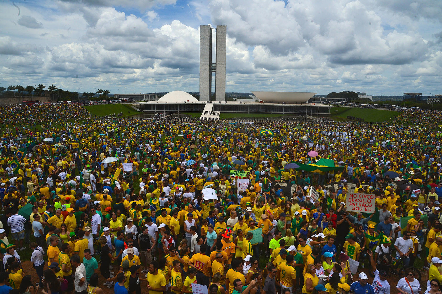 Thousands of Brazilians gather outside the National Congress Building in Brasília to protest government corruption, March 15, 2015. (José Cruz/Agência Brasil)