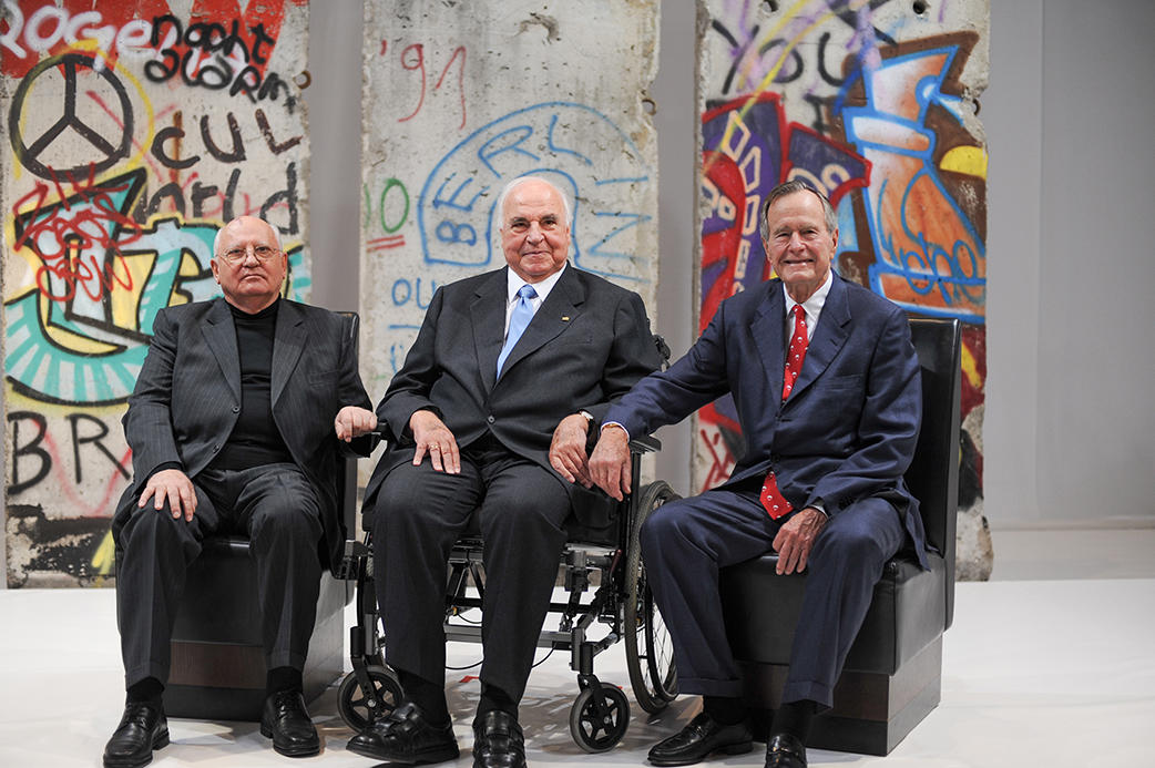Mikhail Gorbachev, Helmut Kohl and George H.W. Bush in front of pieces of the Berlin Wall (©Photo credit: Daniel Biskup)