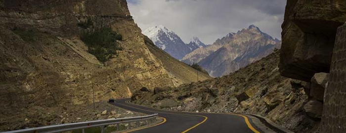 Karakoram Highway ahead of Juglot, Gilgit. Photo Courtesy of Wiki Commons/Saadzafar91