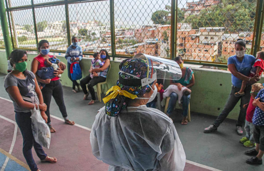 Maria meets mothers in Petare, a poor neighborhood in Caracas, to discuss ways to prevent the spread of COVID. In her visits, she also discusses ways to prevent violence, using peacebuilding tools from her USIP training. (Maria)